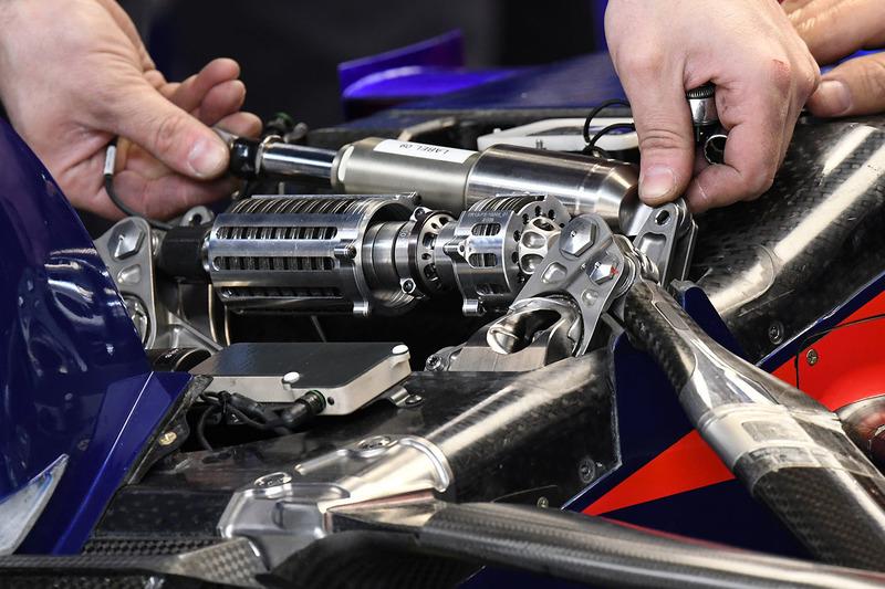 Suspension avant de la Toro Rosso STR13