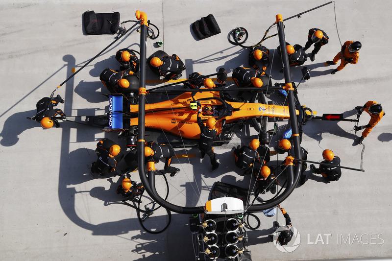 Stoffel Vandoorne, McLaren MCL33 Renault, en un pit stop