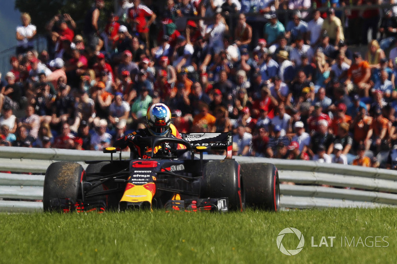 Daniel Ricciardo, Red Bull Racing, esce dalla sua monoposto dopo il ritiro