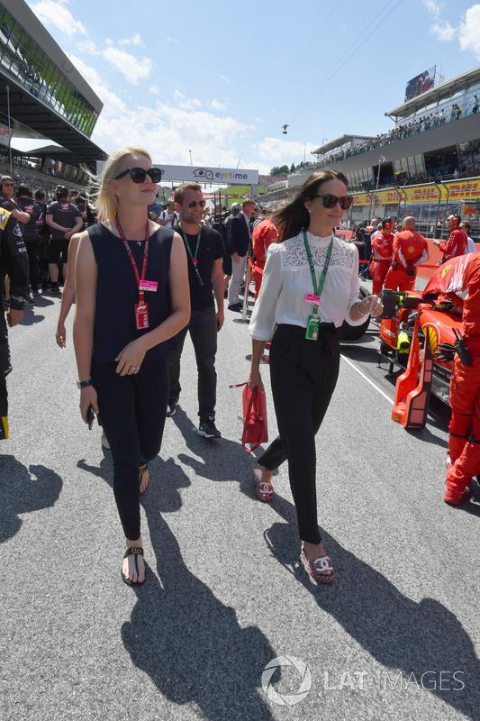 Emilia Pikkarainen, épouse de Valtteri Bottas, Mercedes-AMG F1 and Minttu Virtanen, épouse de Kimi Raikkonen, Ferrari sur la grille