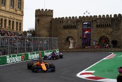 Fernando Alonso, McLaren MCL33 Renault, Brendon Hartley, Toro Rosso STR13 Honda