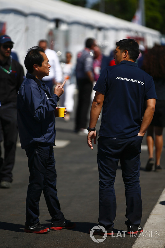 Toyoharu Tanabe, F1 Technical Director, Honda, talks to an engineer