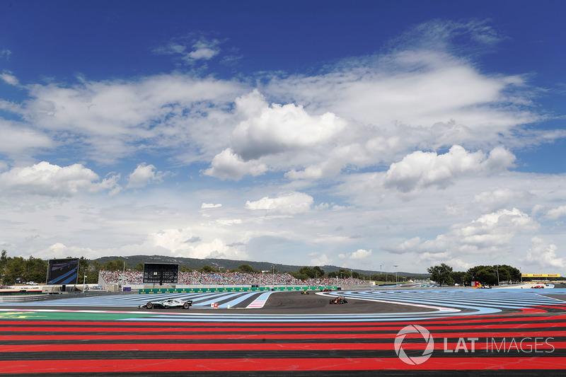 Lewis Hamilton, Mercedes AMG F1 W09, leads Max Verstappen, Red Bull Racing RB14, Carlos Sainz Jr., Renault Sport F1 Team R.S. 18, and Daniel Ricciardo, Red Bull Racing RB14