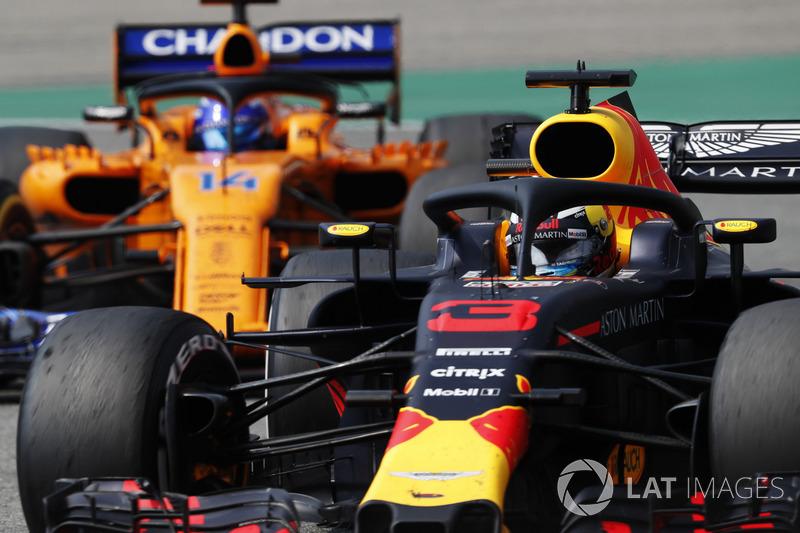Daniel Ricciardo, Red Bull Racing RB14, precede Fernando Alonso, McLaren MCL33