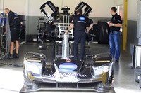 Crew members working on the car of #10 Wayne Taylor Racing Cadillac DPi: Jordan Taylor, Renger Van Der Zande