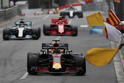Le vainqueur Daniel Ricciardo, Red Bull Racing RB14, est salué par les commissaires agitant des drapeaux, devant Lewis Hamilton, Mercedes AMG F1 W09 et Kimi Raikkonen, Ferrari SF71H