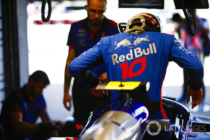 Pierre Gasly, Toro Rosso, si cala nell'abitacolo della sua monoposto