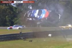 Porsche capota em Curitiba