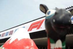 Le logo de la F1 à l'aéroport