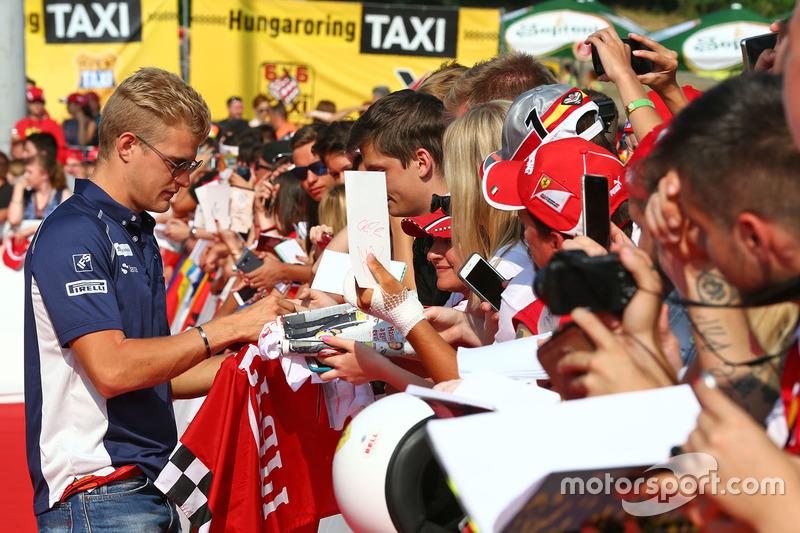 Marcus Ericsson, Sauber F1 Team signs autographs for the fans