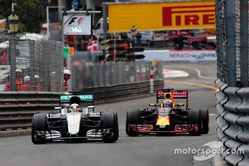 Lewis Hamilton, Mercedes AMG F1 W07 Hybrid and Daniel Ricciardo, Red Bull Racing RB12 battle for position