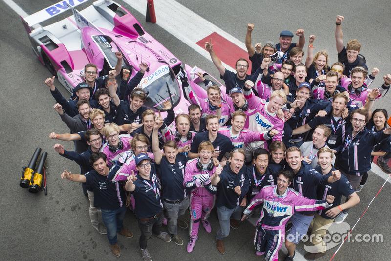 Forze Hydrogen Electric Racing Team, viert feest na uitrijden uursrace Supercar Challenge tijdens Gamma Racing Day