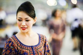 Una chica de cuadrícula en traje local