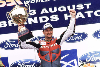 Podio: carrera 2 ganador Carl Fogarty