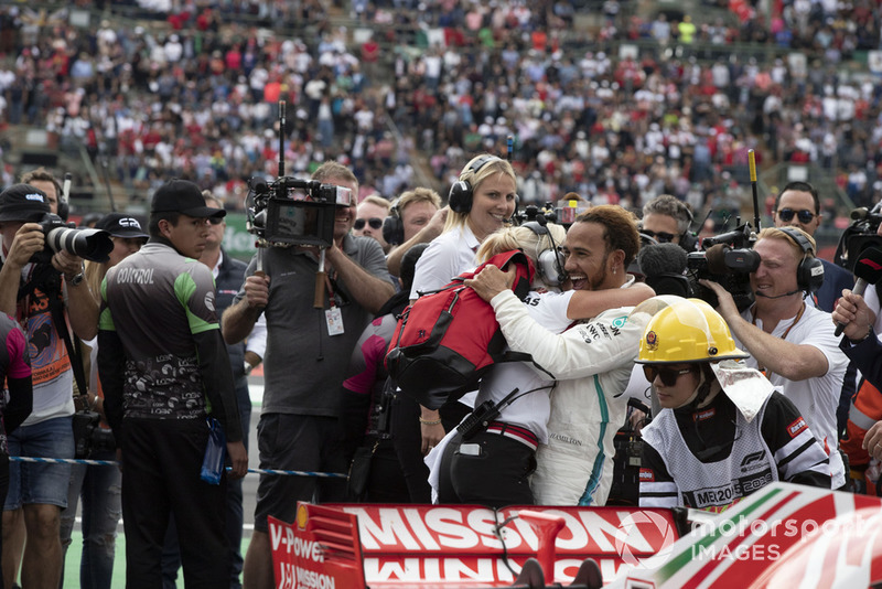 Lewis Hamilton, Mercedes AMG F1 et Angela Cullen, sa physio et attachée presse, fêtent le titre mondial