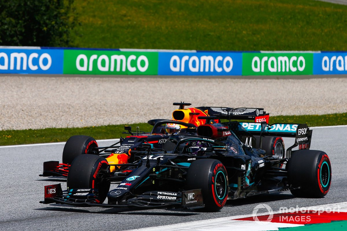 Lewis Hamilton, Mercedes F1 W11 EQ Performance, devant Max Verstappen, Red Bull Racing RB16