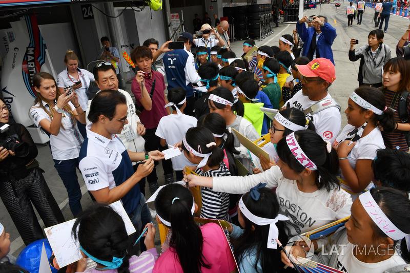 Феліпе Масса, Williams, роздає автографи