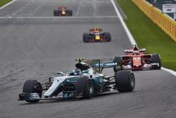 Валттери Боттас, Mercedes AMG F1 W08, Кими Райкконен, Ferrari SF70H, и Макс Ферстаппен, Red Bull Racing RB13