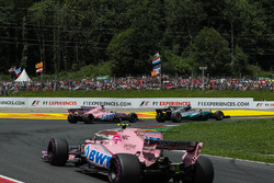 Льюис Хэмилтон, Mercedes AMG F1 W08, и Серхио Перес, Sahara Force India VJM10