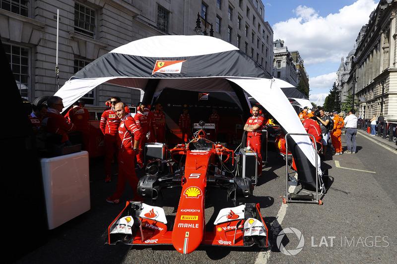 Un Ferrari SF70H es preparado para la demostración