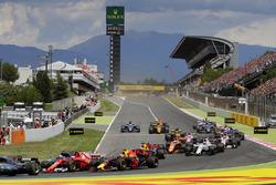 Столкновение после старта: Кими Райкконен, Ferrari SF70H, и Макс Ферстаппен, Red Bull Racing RB13