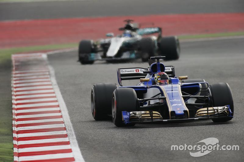 Pascal Wehrlein, Sauber C36, leads Valtteri Bottas, Mercedes AMG F1 W08