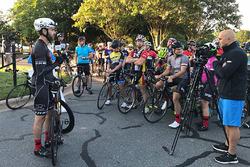 Jimmie Johnson, Hendrick Motorsports, und Sportskameraden bei der Radtour zum Gedenken an Nicky Hayd