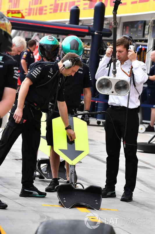 Механіки Mercedes AMG F1 W08 тренують піт-стопи