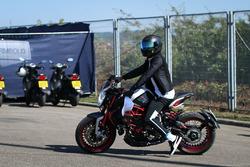 Lewis Hamilton, Mercedes AMG F1 W08 llega en su moto MV Agusta Dragster RR LH44 Limited Edition