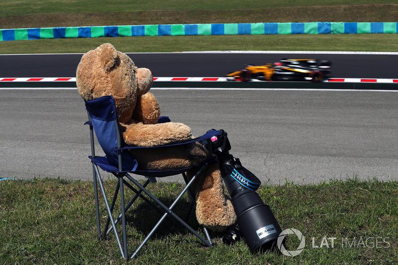 Nico Hulkenberg, Renault Sport F1 Team RS17 ve oyuncak ayı