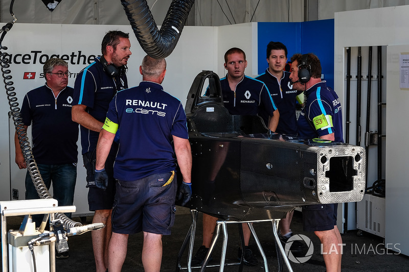Renault e.Dams preparing spare tub after Sébastien Buemi, Renault e.Dams crash in FP2