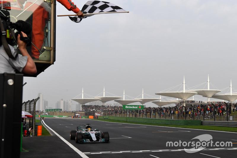 Pole sitter Lewis Hamilton, Mercedes-Benz F1 W08 Hybrid