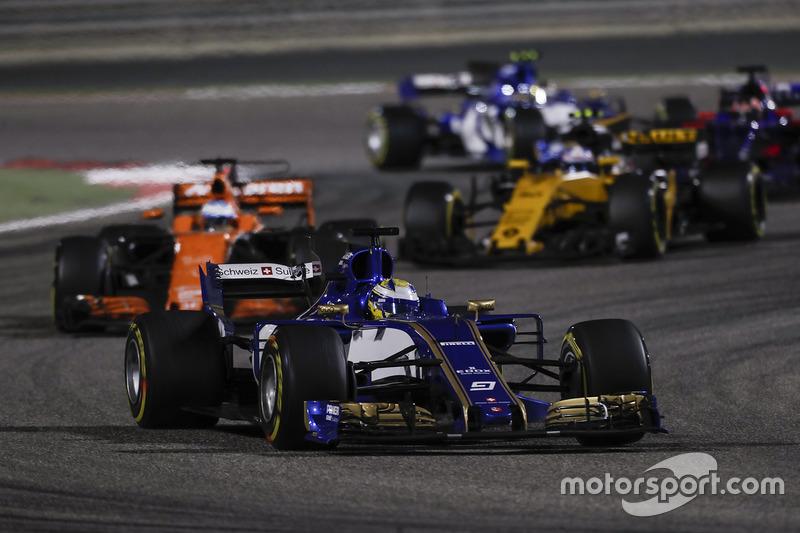 Marcus Ericsson, Sauber C36, Fernando Alonso, McLaren MCL32, Jolyon Palmer, Renault Sport F1 Team RS17