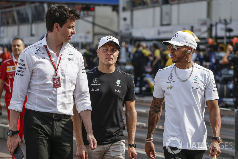 Toto Wolff, Mercedes AMG F1 Director de Motorsport, Valtteri Bottas, Mercedes AMG F1 y Lewis Hamilton, Mercedes AMG F1