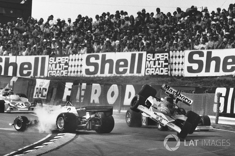 Crash: Clay Regazzoni, Ferrari 312T2; James Hunt, McLaren M23