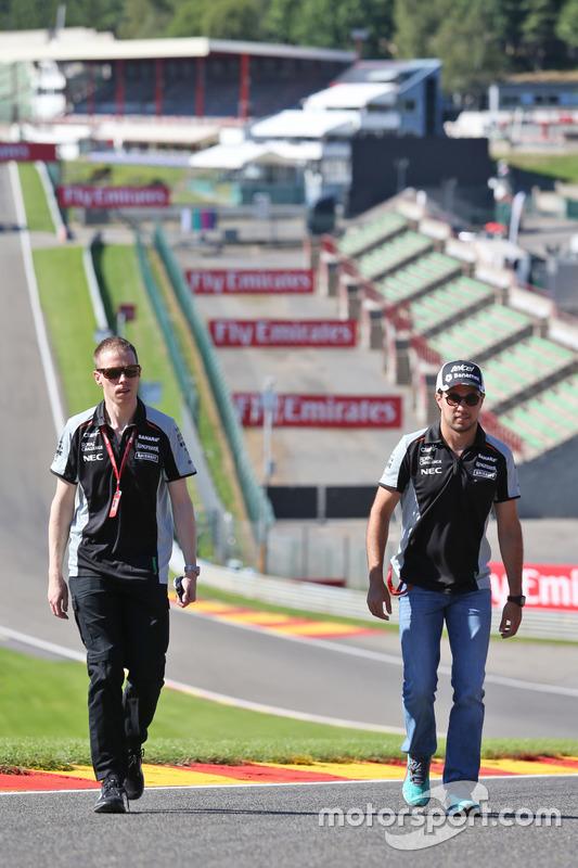 Sergio Perez, Sahara Force India F1 cammina lungo il circuito con Will Hings, Addetto stampa Sahara