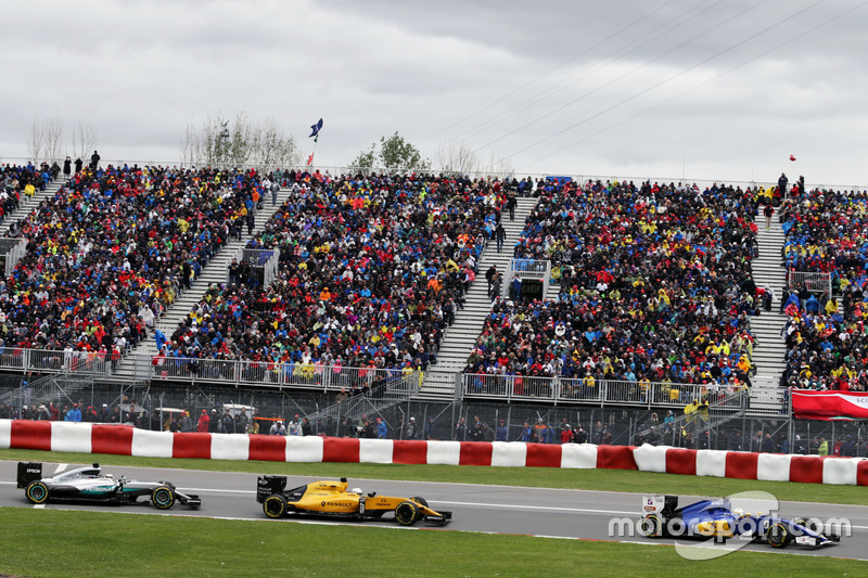 Маркус Ерікссон, Sauber C35 випереджає Кевіна Магнуссена, Renault Sport F1 Team RS16 та Льюїса Хемілтона, Mercedes AMG F1 W07 Hybrid