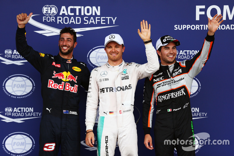 Los tres primeros clasificados en parc ferme: Daniel Ricciardo, Red Bull Racing RB12, tercero; Nico Rosberg, Mercedes AMG F1, pole position; Sergio Pérez, Sahara Force India F1, segundo