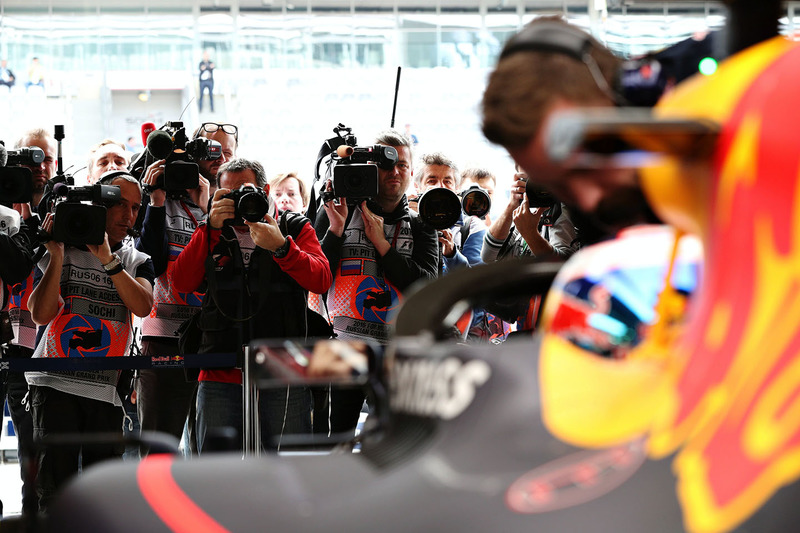 De media met Daniel Ricciardo, Red Bull Racing RB12 en het aeroscreen