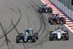 Льюис Хэмилтон, Mercedes AMG F1 Team W07 и Фелипе Масса, Williams FW38 - борьба за позицию