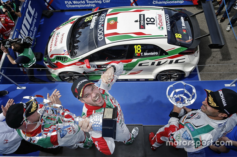 Podium: Winner Tiago Monteiro, Honda Racing Team JAS, Honda Civic WTCC; second place Mehdi Bennani, Sébastien Loeb Racing, Citroën C-Elysée WTCC; third place Rob Huff, Honda Racing Team JAS, Honda Civic WTCC