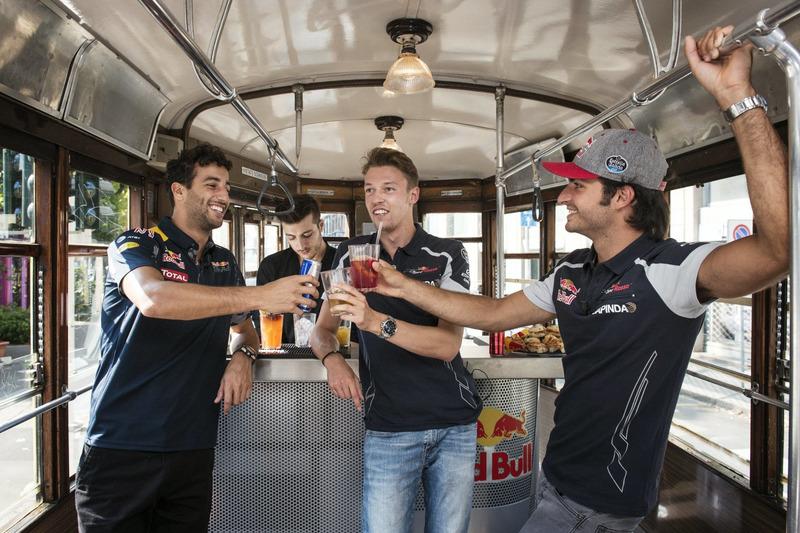 Daniel Ricciardo, Carlos Sainz Jr. e Daniil Kvjat fanno aperitivo su uno storico tram di Milano