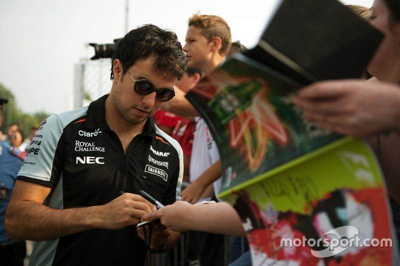 Sergio Perez, Sahara Force India F1 firma autografi ai tifosi