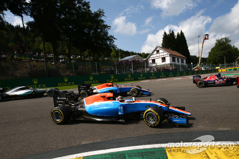 Pascal Wehrlein, Manor Racing MRT05 ve Esteban Ocon, Manor Racing MRT05 yarışın başında