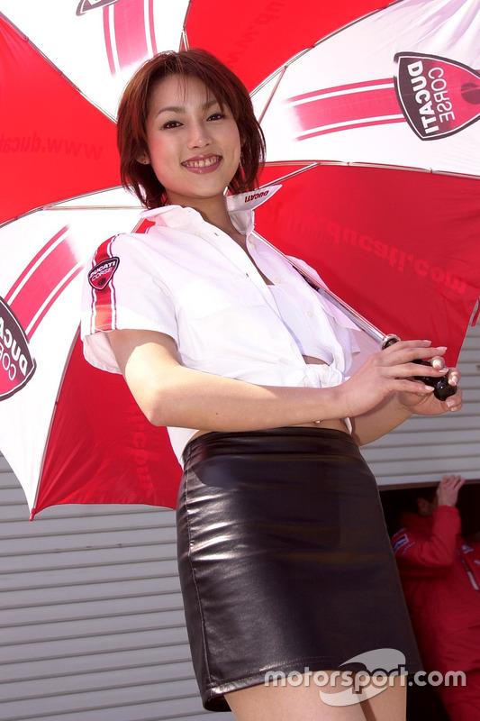 Hermosa chica Ducati Corse