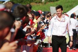 Тото Вольф, руководитель Mercedes AMG F1 с фанатами