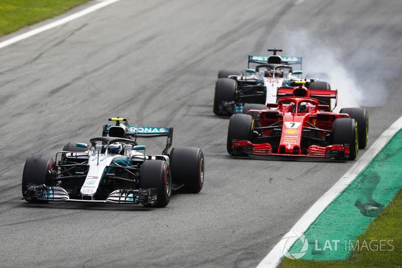 A briga entre Hamilton e Raikkonen teve a participação de Valtteri Bottas, que segurou o piloto da Ferrari antes de entrar nos pits, o que possibilitou a aproximação de seu companheiro.