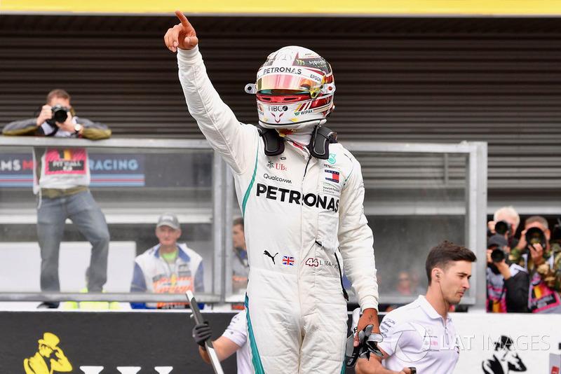 Il poleman Lewis Hamilton, Mercedes AMG F1 W09, festeggia nel parco chiuso