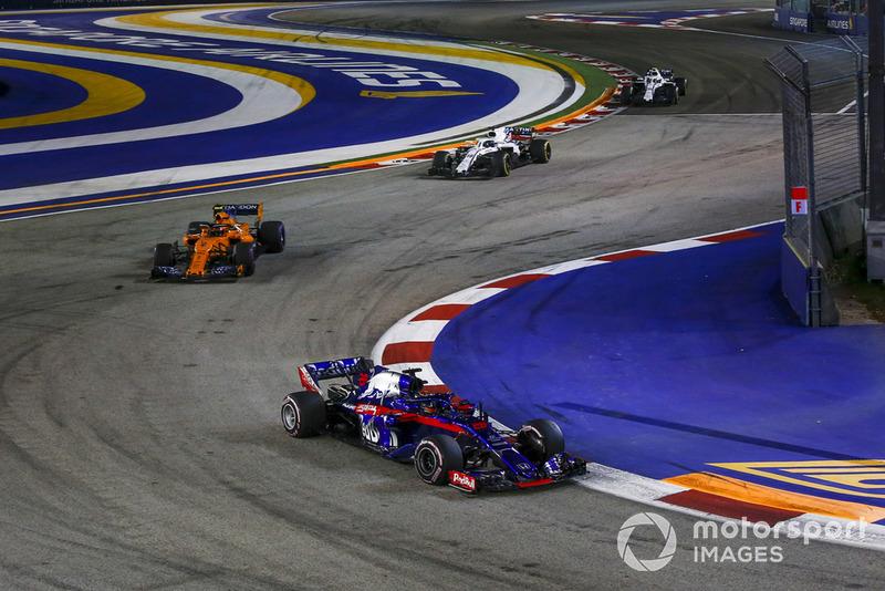 Brendon Hartley, Scuderia Toro Rosso STR13 y Stoffel Vandoorne, McLaren MCL33
