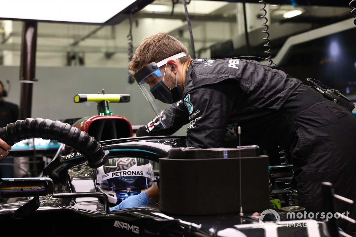 A mechanic works on the car of Valtteri Bottas, Mercedes-AMG F1